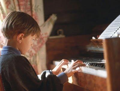 copii canta la pian