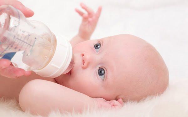 copil cu biberon