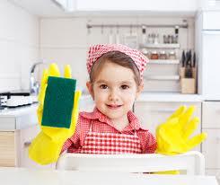 copil care spala vasele