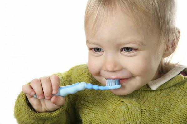 copil isi spala dintii
