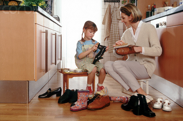 copil si mama curata pantofi