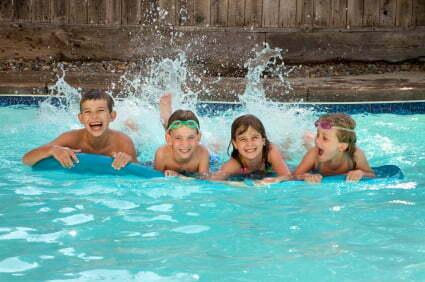 copii inoata in piscina