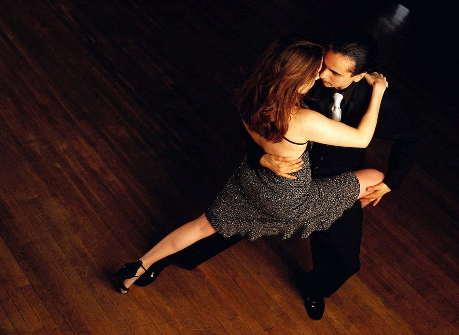 cuplu care danseaza