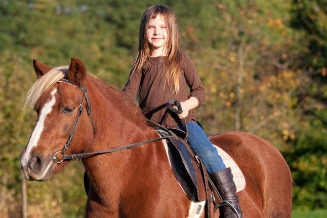 fetita calareste ponei