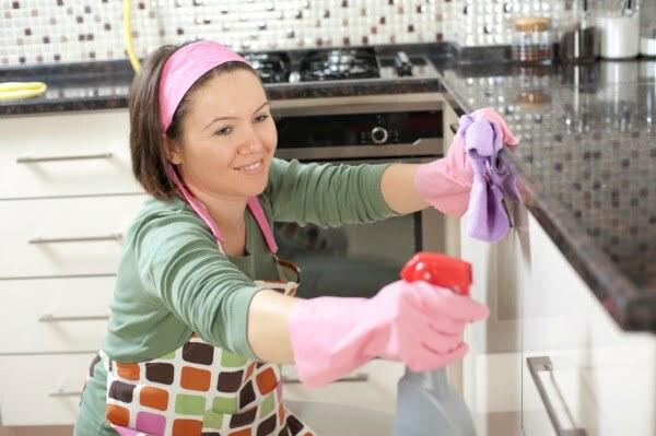femeie care face curat