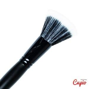 Pentru un machiaj profesional, specialistii www.cupio.ro recomanda 3 pensule pe care orice femeie ar trebui sa le aiba in portfard: