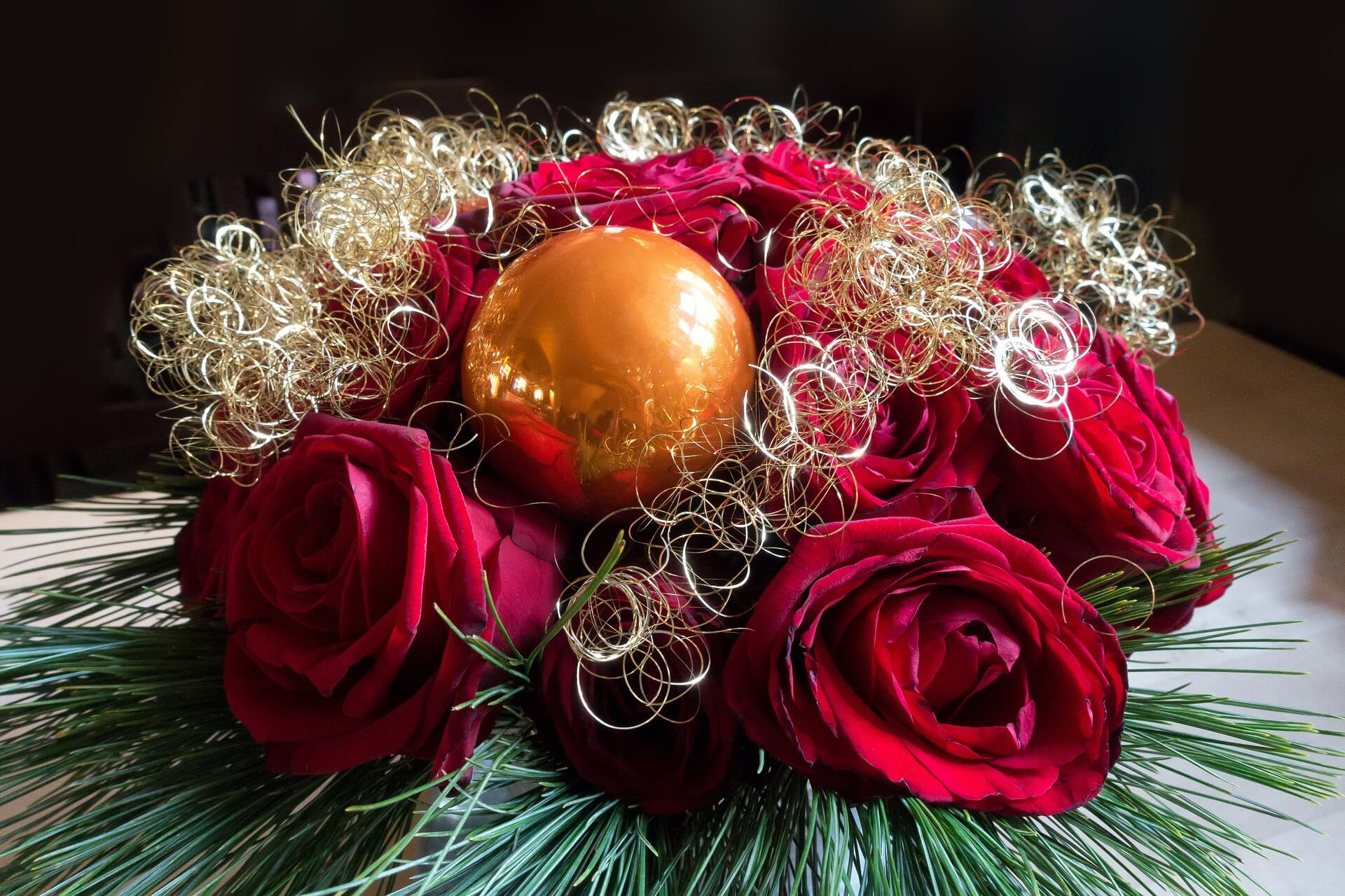 Decoratiuni florale pentru masa de Craciun