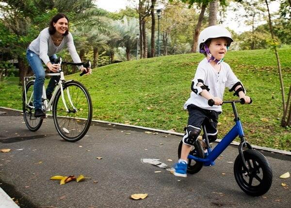 copilul invata sa mearga pe bicicleta