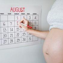 calendar din care o femeie insarcinata taie zilele