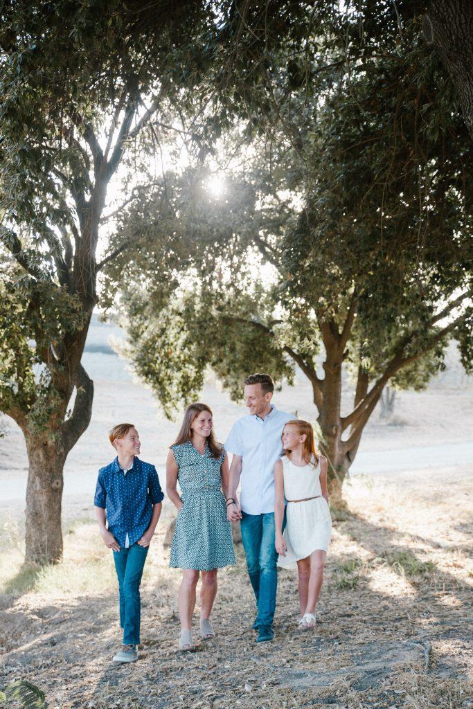 copil pre-adolescent cu familia